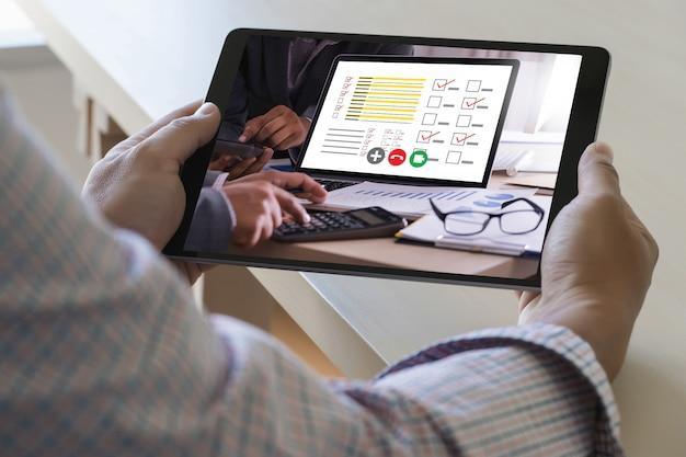 Man praten businessplan in videoconferentie online vergadering in videogesprek werken vanuit huis virtueel antwoord gesprek