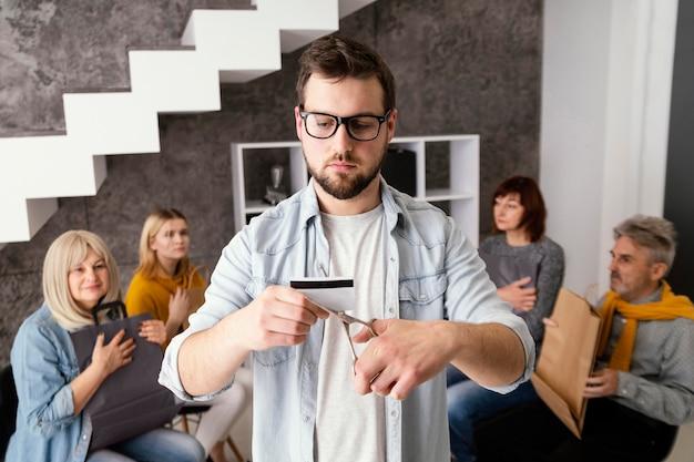 Man praten over creditcard
