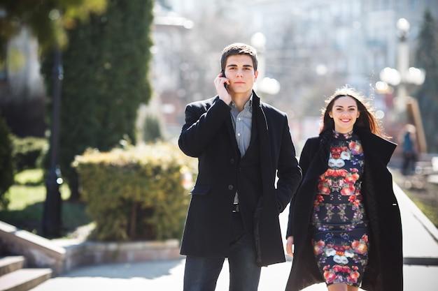Man praten over de telefoon en het lopen met zijn vriendin