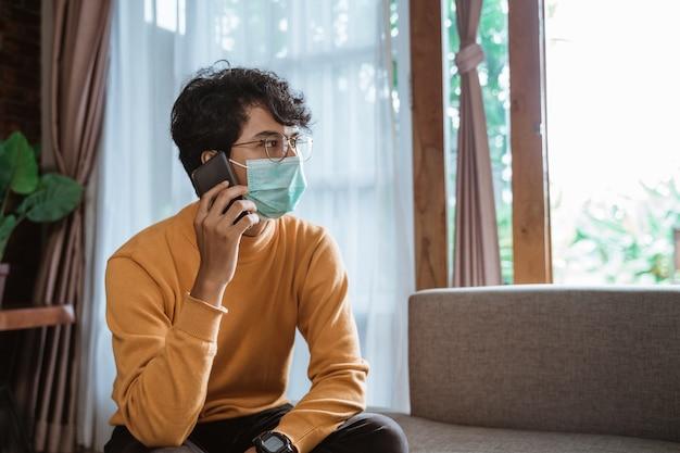 Man praten over de telefoon tijdens het gebruik van maskers