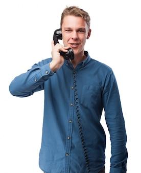 Man praten over de telefoon