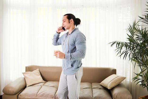 Man praten over telefoon thuis