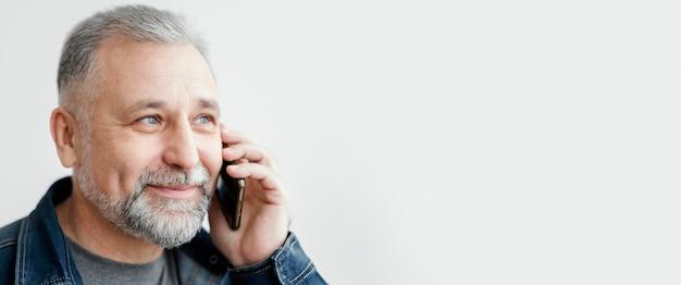 Man praten via de telefoon