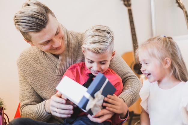 Man presenteert aan kinderen