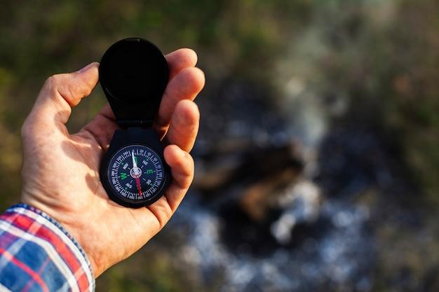 Man raadplegen kompas tijdens het kamperen