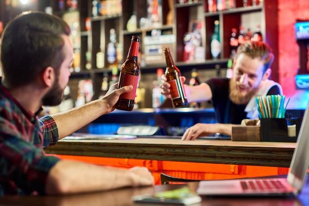 Man rammelende bierflesjes met barman