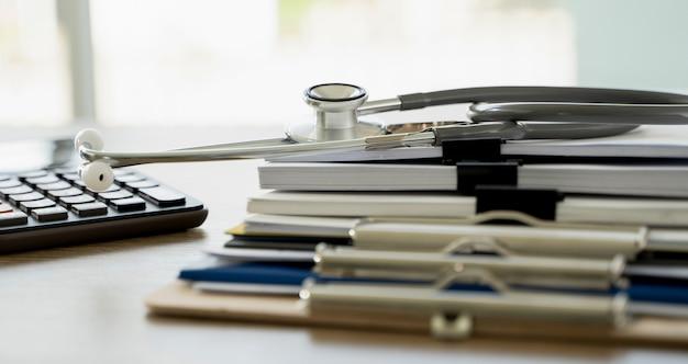 Man rapport stapel papier map close-up stapelen van kantoor werkdocument met papieren juridische administratie op de top