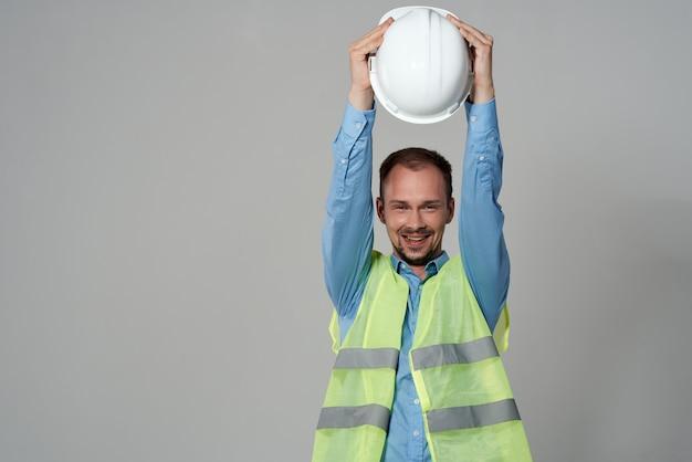 Man reflecterend vest bescherming werken beroep lichte achtergrond