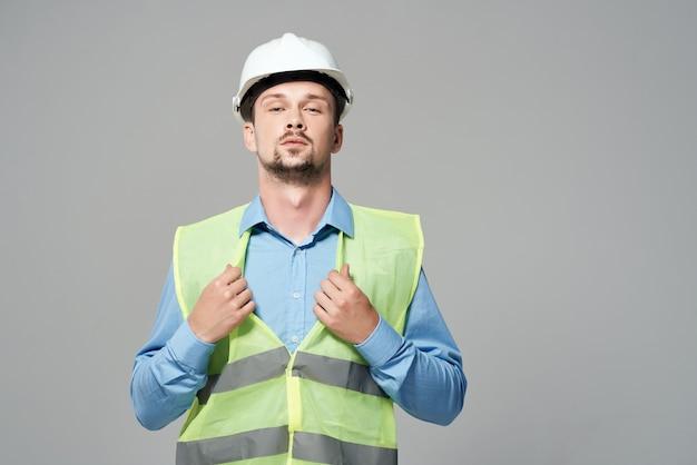 Man reflecterend vest blauwdrukken bouwer geïsoleerde achtergrond