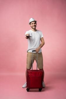 Man reiziger met koffer, paspoort en ticket.