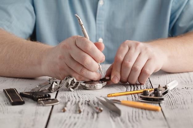 Man repaire klok