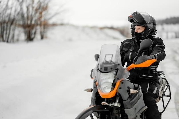 Man rijden motorfiets op winterdag