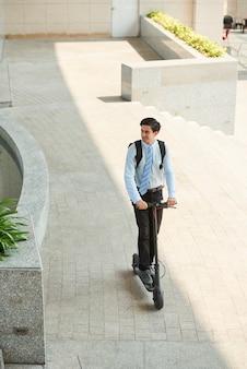 Man rijden op scooter om te werken