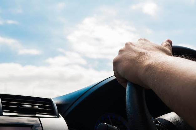 Man rijdende auto met één hand