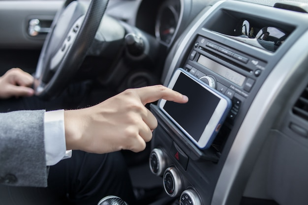 Man rijdende auto met navigatiesysteem
