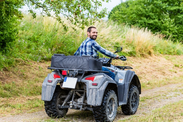 Man rijdt off-road met quad of atv