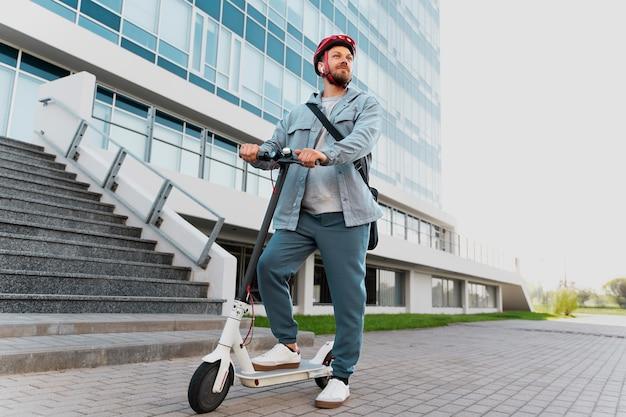Man rijdt op een eco-scooter in de stad