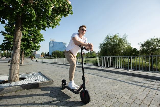 Man rijdt op een elektrische scooter door de stad
