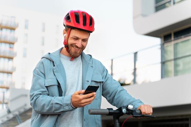 Man rijdt op een milieuvriendelijke scooter in de stad