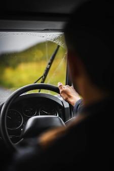 Man rijdt op een regenachtige dag