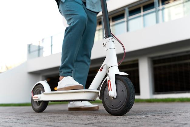 Man rijdt op een scooter buiten