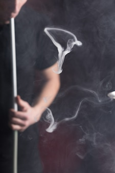 Man rokende waterpijp