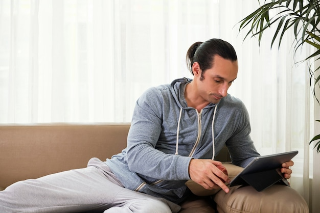 Man rust met tablet pc