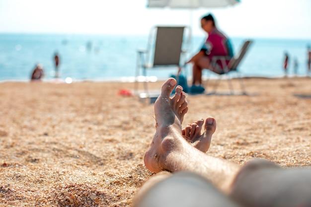 Man's benen op de zee