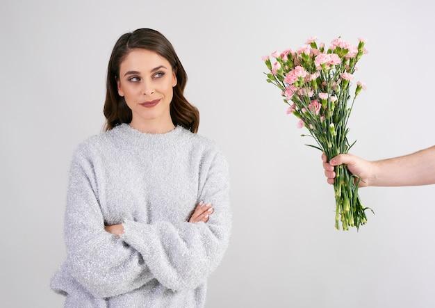 Man's hand die mooie vrouwenbloemen geeft