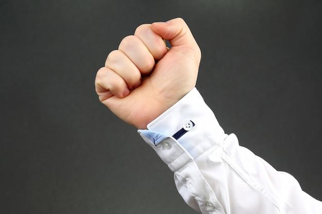 Man's hand gebald tot vuist