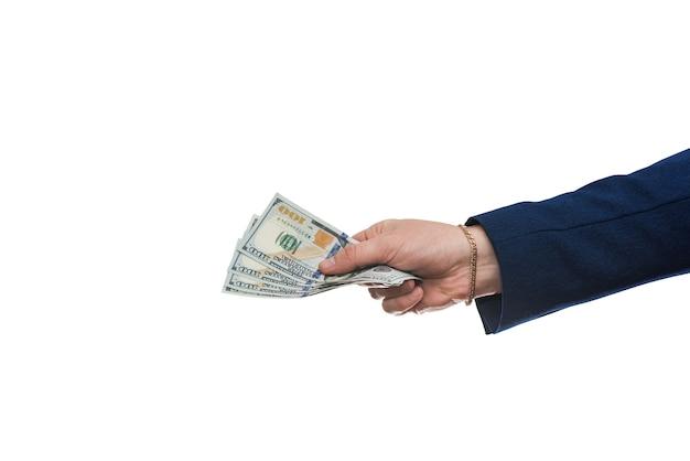 Man's hand in pak geeft ons dollar geïsoleerd