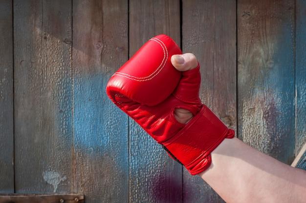 Man's hand in rode bokshandschoenen
