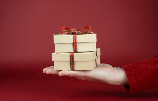 Man's hand met valentijnsdag geschenkdoos