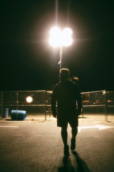 Man 's nachts in de straten van de stad