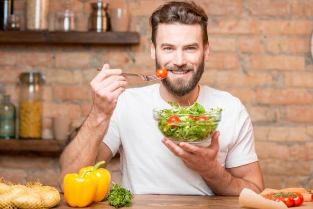 Man salade eten