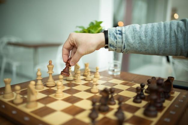 Man schaken. concept van bedrijfsstrategie en tactiek
