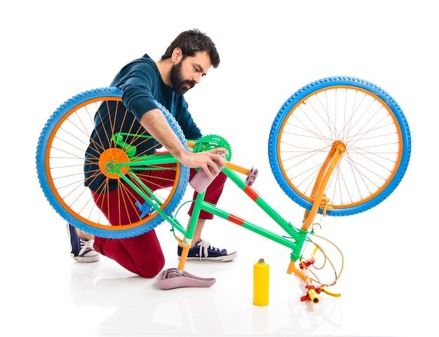 Man schilderen een fiets