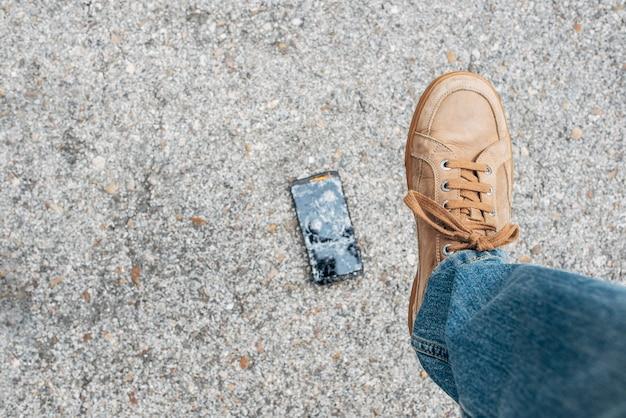 Man schoen die brutaal op stappen en zijn smartphone breken