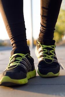 Man schoenen rennen op de asfalt met de lucht op de achtergrond.