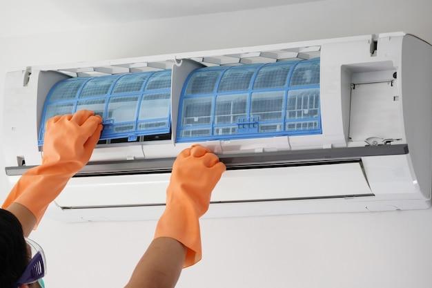 Man schoonmaak airconditioner