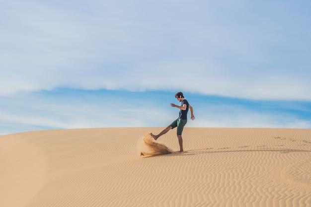 Man schopt het zand, ergernis, agressie desert vietnam