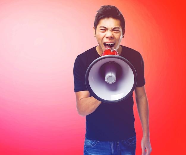 Man schreeuwen in een megafoon