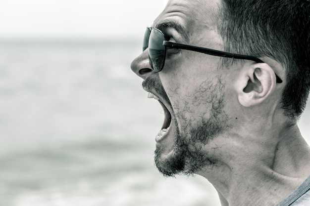 Man schreeuwen op het strand