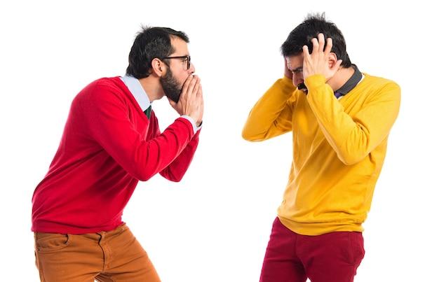 Man schreeuwt naar zijn broer