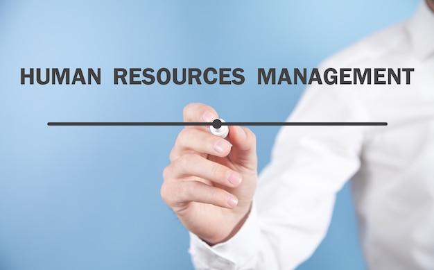 Man schrijft human resources management-tekst in scherm.