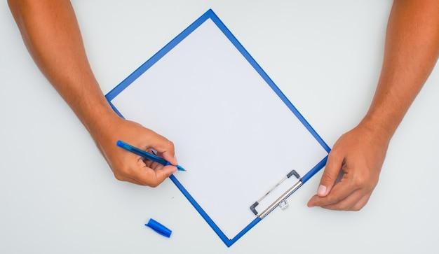 Man schrijven op papier met pen.