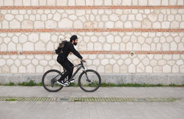 Man skateboarder met een fiets lifestyle hipster concept
