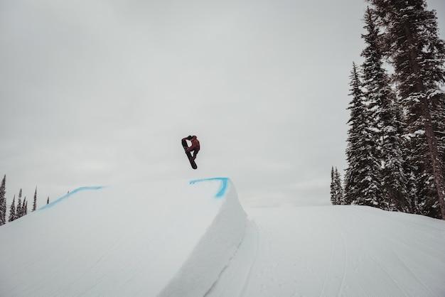 Man skiën op besneeuwde alpen in skigebied