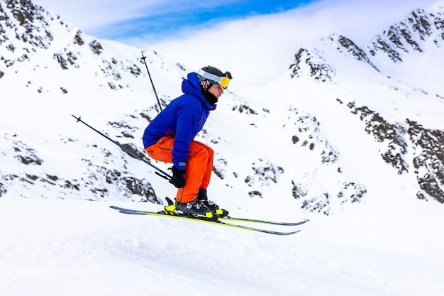 Man skiën op de skihellingen