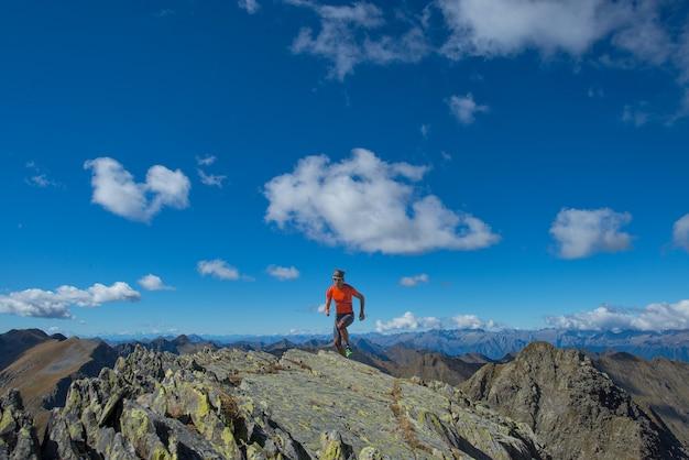 Man skyrunning praktijk in het hooggebergte
